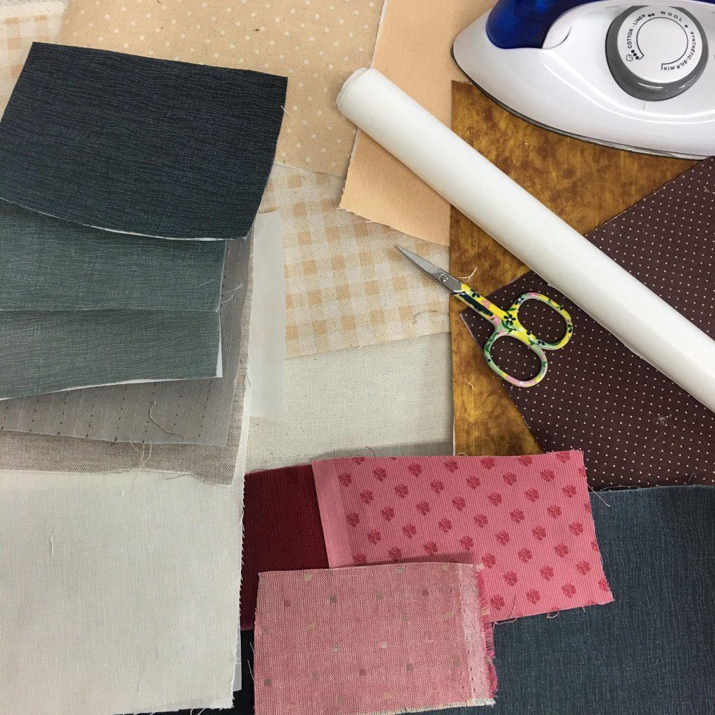 5. จากนั้นนำไฟล์ปักที่สร้างเสร็จ ไป ไปเปิดที่จักรปัก แล้วไปหาเฉดสีผ้า ตามภาพให้ครบตามลำดับที่เรากำหนด แล้วรีดกาวการ์ตูน (กาวสองหน้าทำอาร์ม) ติดผ้าด้านผิดทุกชิ้น