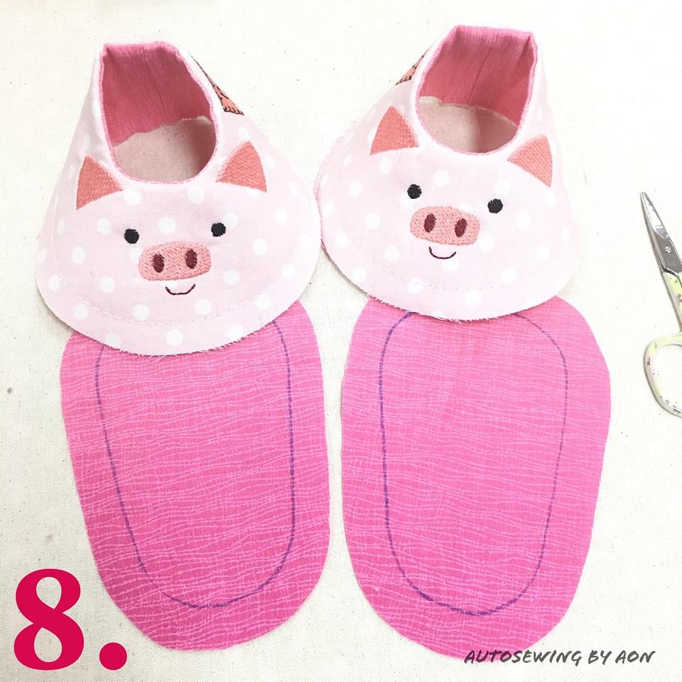 8. อาจทากาวยึดส่วนชิ้นโชว์และซับในของตัวรองเท้าเข้าด้วยกัน แล้วรีดให้เรียบ นำแพทเทิร์นส่วนพื้นฐานมาวาดลงบนผ้าชิ้นพื้นรองเท้า 2 ชิ้น (พลิกวาดให้เป็นพื้นรองเท้าซ้าย-ขวา)