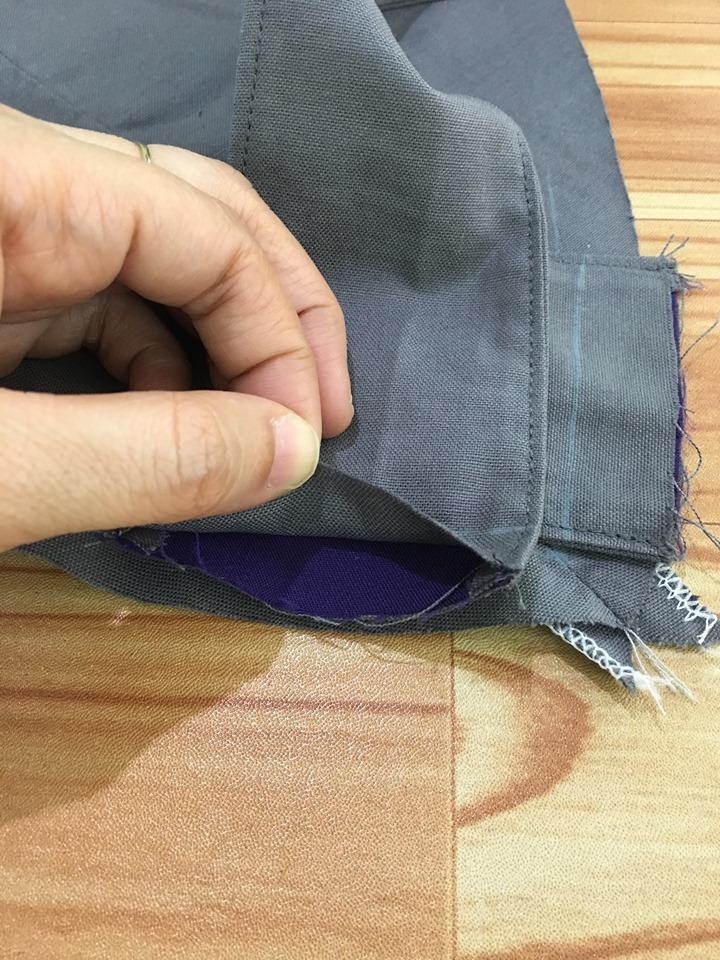 นำสาย ไปวางตามตำแหน่งด้านหลังเอี๊ยมตามภาพ สายด้านรีดผ้ากาว ประกบผ้าด้านถูกชิ้นตัวเอี๊ยม