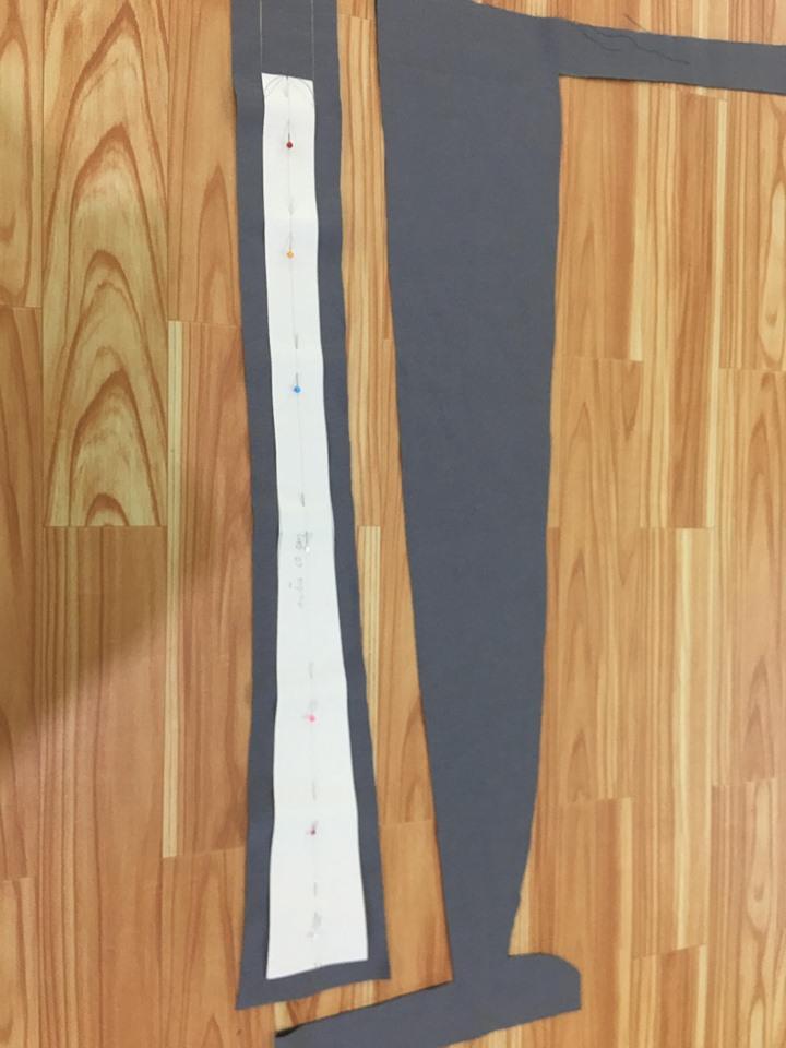ตัดผ้าเผื่อตะเข็บสายเอี๊ยม 1.5 cm โดยรอบ