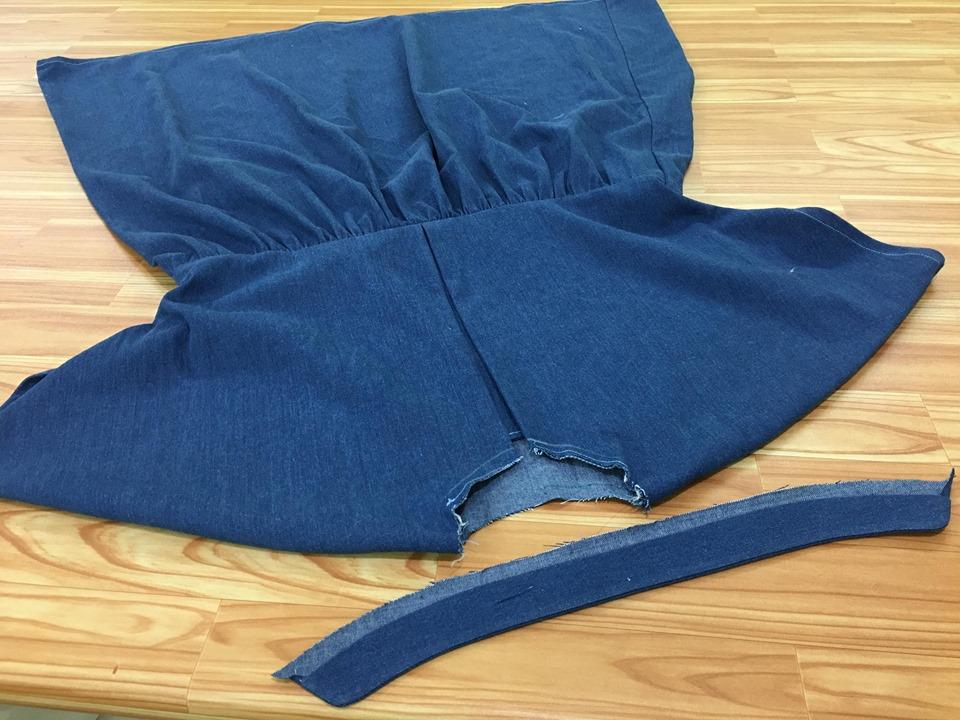 เย็บส่วนเว้าและด้านข้างเว้นส่วนนูนไว้ แล้วกลับเอาผ้าด้านถูกออกมา