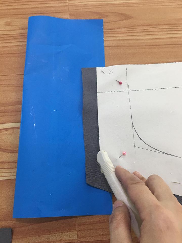 พับทบครึ่งกระดาษลอกลาย แล้วสอดกระดาษลอกลายเข้าไประหว่างผ้าชิ้นบนและล่าง แล้วใช้ลูกกลิ้งกลิ้งแนวเย็บ ชิ้นหน้าและชิ้นหลังชุด กลิ้งที่ขอบแพทเทริ์นได้เลย ยกเว้นปลายกางเกงให้กลิ้งตรงเส้นพับเย็บชายกางเกง อย่าลืมกลิ้งเส้นเอว และกลิ้งมาณ์คตำแหน่งเย็บกระเป๋าด้วยค่ะ