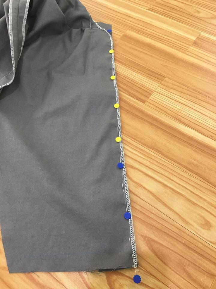 นำซับในสาบเสื้อ ไปประกบกับสาบเสื้อชิ้นโชว์ ด้านถูกประกบด้านถูก