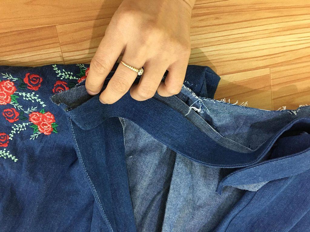 ใช้เข็มกลัดยึดปกเสื้อติดกับเสื้อ โดยยึดส่วนปลายทั้งสองก่อน แล้วจึงทยอยยึดตลอดแนวเย็บ