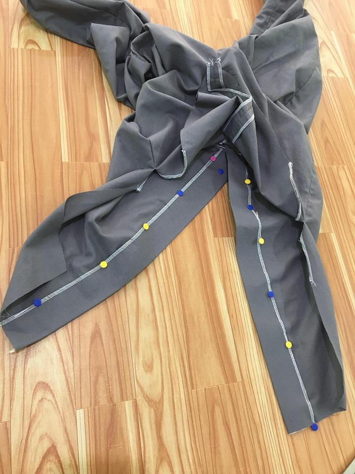 จากนั้นเย็บกดสาบเสื้อทั้งสองด้านตรงบริเวณส่วนกลางตะเข็บโพ้งทั้งสองด้าน
