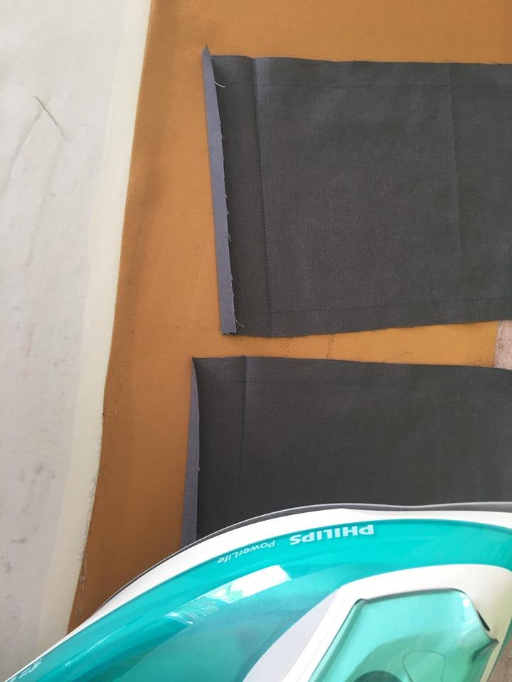 มาถึงเย็บส่วนกระเป๋าค่ะ นำผ้าชิ้นกระเป๋าไปพับทบตามเส้นกลิ้งผ้า ตามภาพ