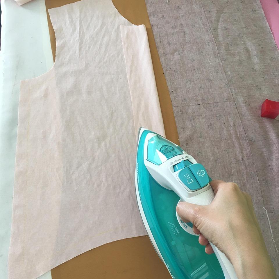 พับทบสาบตามเส้นกดเข้าไป แล้วรีด จากนั้นเย็บขอบสาบด้านในทั้งสองชิ้นห่างจากขอบประมาณ 2 mm.