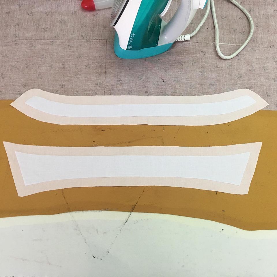 นำแพทเทริ์นส่วนบนและล่างของปกเชิ๊ตมาอย่างละ 1 ชิ้น รีดผ้ากาวสาลูที่ตัดมารีดลงไปที่ผ้าด้านผิด